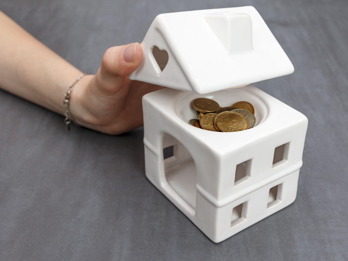 monety w dachu domu